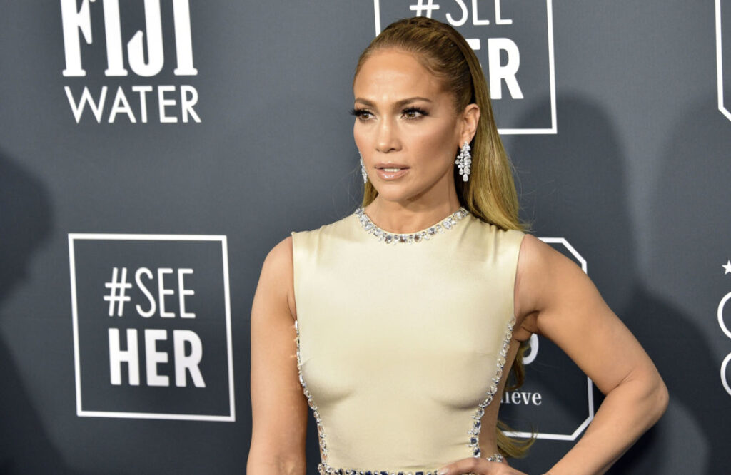 Jennifer Lopez enflamme la Toile par sa totale nudité