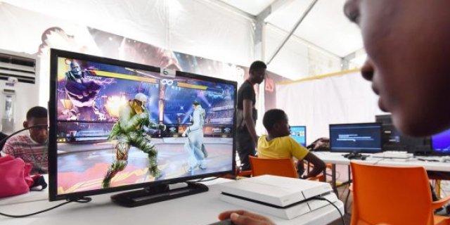 un tournoi de jeux de vidéo sur les écrans de cinéma