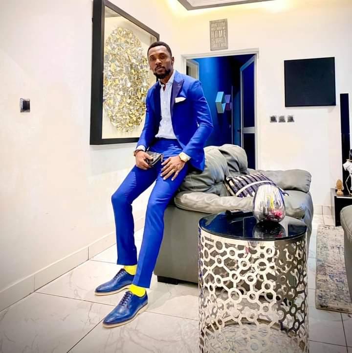 ce nouveau look de l'artiste ivoirien Serge Beynaud qui fait mousse sur la toile