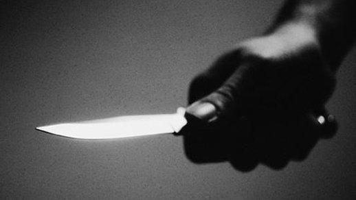 Faits divers : une jeune femme séquestrée, violée et poignardée par ses amis
