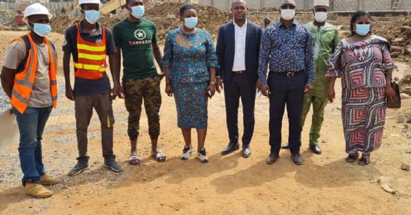 Togo : des autorités sportives accompagnées de la maire Yawa Kouigan en visite sur le stade de rénovation d'Atakpamé