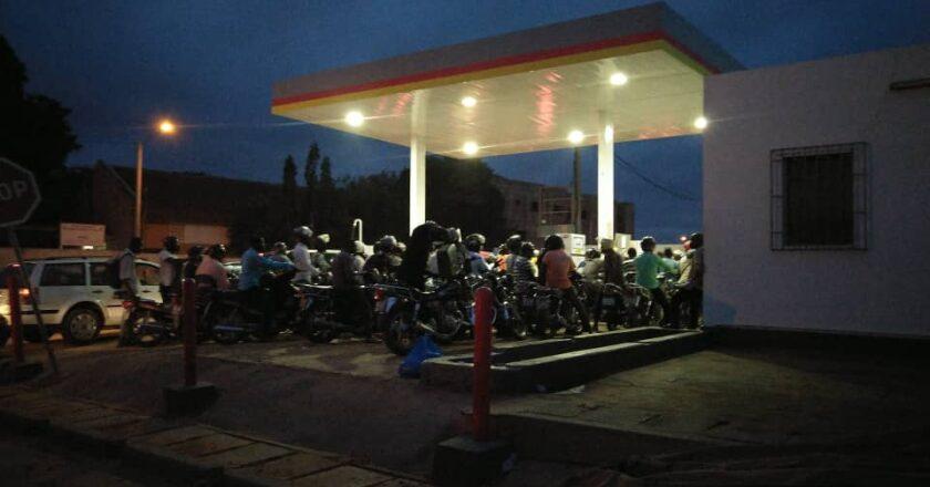 flambée du prix des produits pétroliers dès ce vendredi, embouteillage dans les stations d'essence