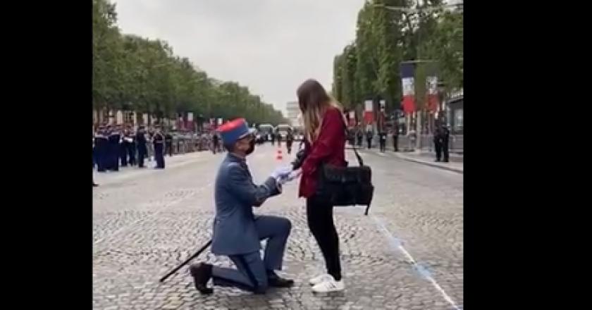 un soldat fait sa demande en mariage en direct sur les Champs-Elysées
