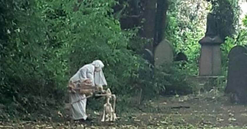 """Une """"sœur religieuse"""" filmée en train de danser avec des squelettes près d'un cimetière (Photos)"""